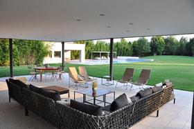 Дом был задуман как череда светлых, открытых пространств, где преобладают геометрические линии и простые объемы