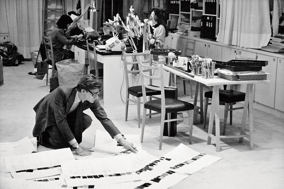 Ив Сен-Лоран за работой в своей мастерской на авеню Марсо (1986 г.)