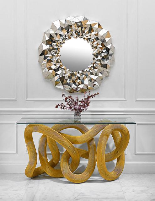 Стол Flux, вдохновленный переплетением змей, и зеркало Stellar