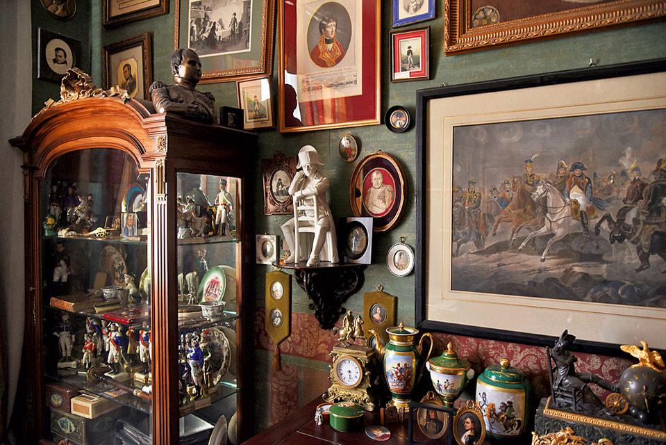 Александр приобрел для своей коллекции 150 картин и гравюр, а также сотни медалей, книг и памятных вещей, связанных с именем Наполеона