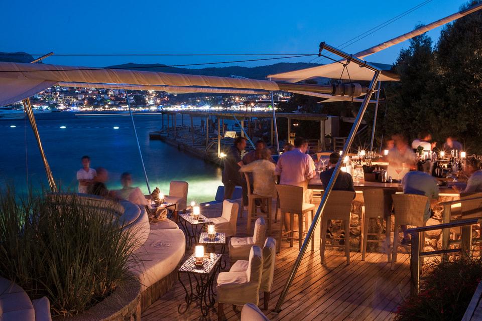 Из окон отеля открываются виды на средиземноморский сад и Эгейское море