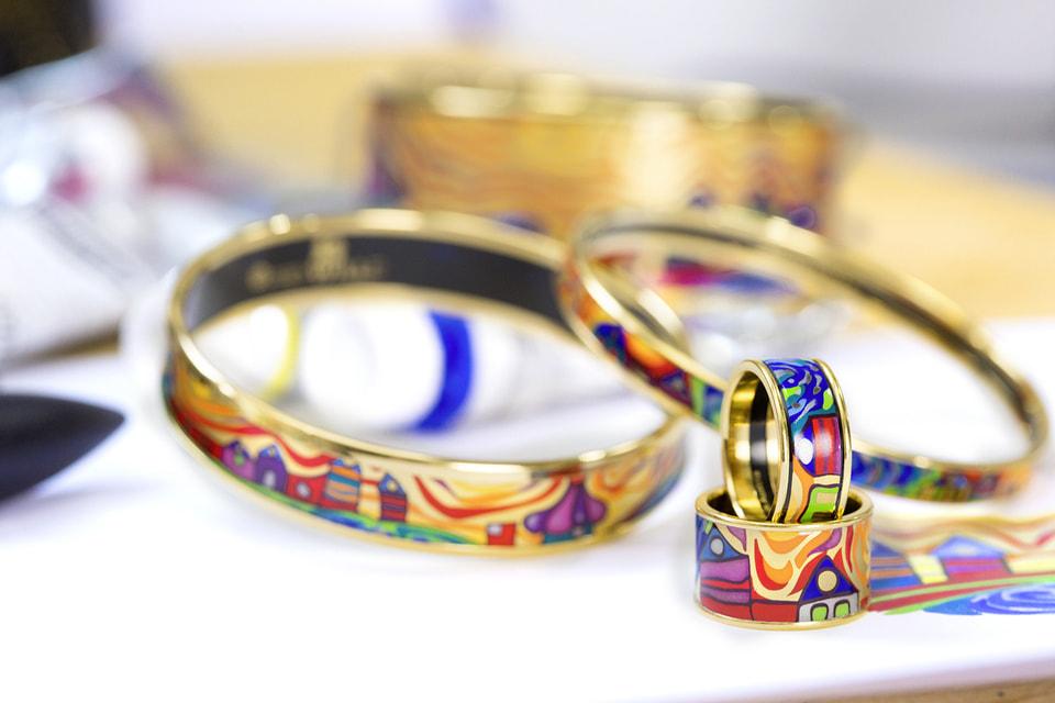 Композиции из эмали по мотивам знаменитых художественных произведений делают украшения FREYWILLE особенными объектами ювелирного искусства