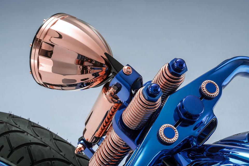 Мерцающее синее покрытие, позолоченные детали, интегрированные в корпус мотоцикла ювелирные элементы и наручные часы – все это делает Harley-Davidson Blue Edition уникальным мотоциклом