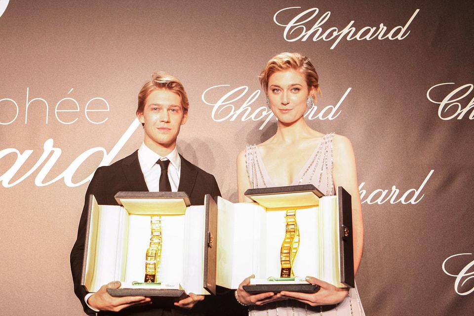 Лауреатами премии стали начинающие актеры Элизабет Дебики и Джо Элвин