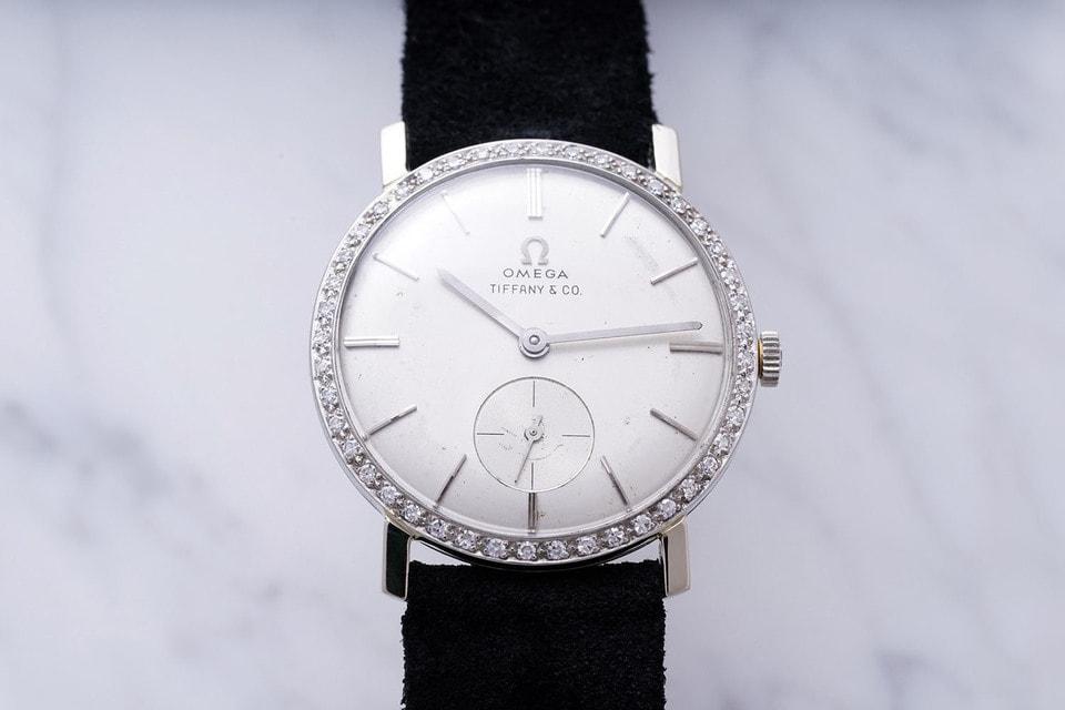 На циферблате помимо надписи Omega также можно видеть название другого бренда Tiffany & Co. В 60-е годы магазины Tiffany & Co. в Америке функционировали, как мультибрендовые бутики товаров класса люкс со всего мира и надпись эта означает, что компания Omega произвела данные часы для своего ритейлера в США