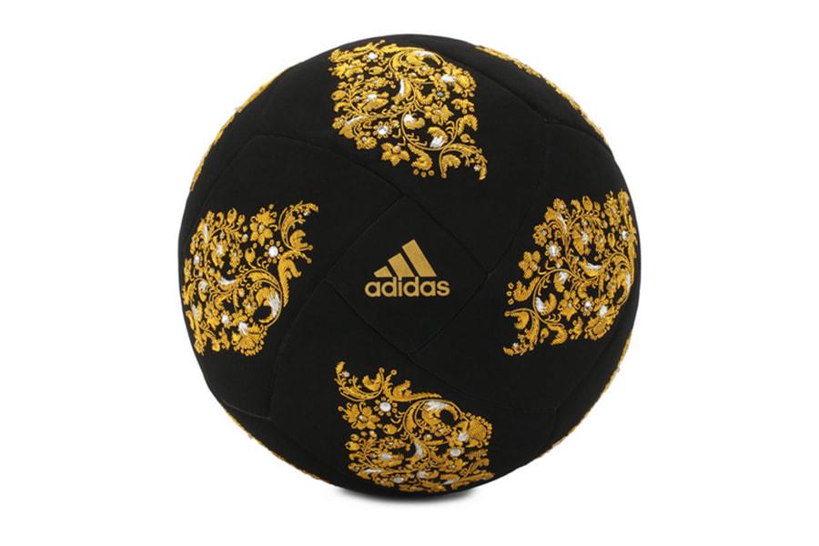 Мяч инкрустирован кристаллами и украшен вышивкой ручной    работы