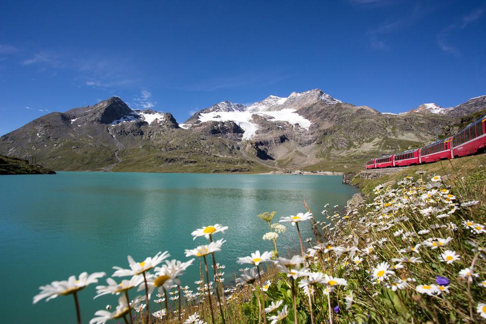 Озеро, Альпы и швейцарский поезд - идеальное сочетание