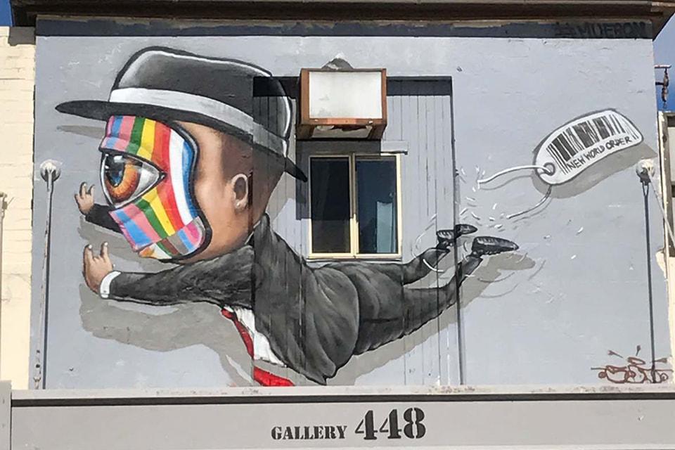 Мю Бон принадлежит к поколению первых уличных художников Тайланда. На фото один из главных образов художника - человек с телевизором вместо головы