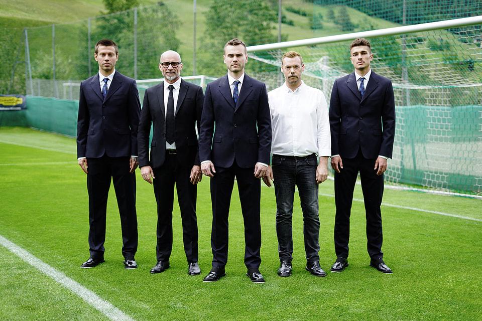 Футболисты в костюмах от Bikkembergs
