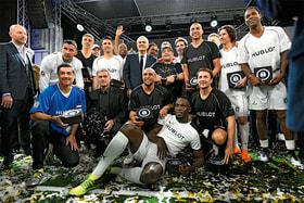 Общее фото после «матча дружбы» звезд мирового футбола и не только в швейцарском Базеле в марте 2018 года