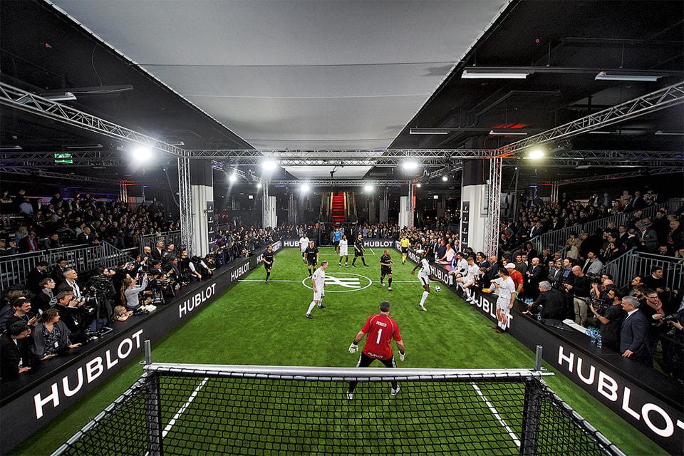 Момент игры команды Марадоны и Моуринью в «матче дружбы» в Базеле в марте 2018 г.