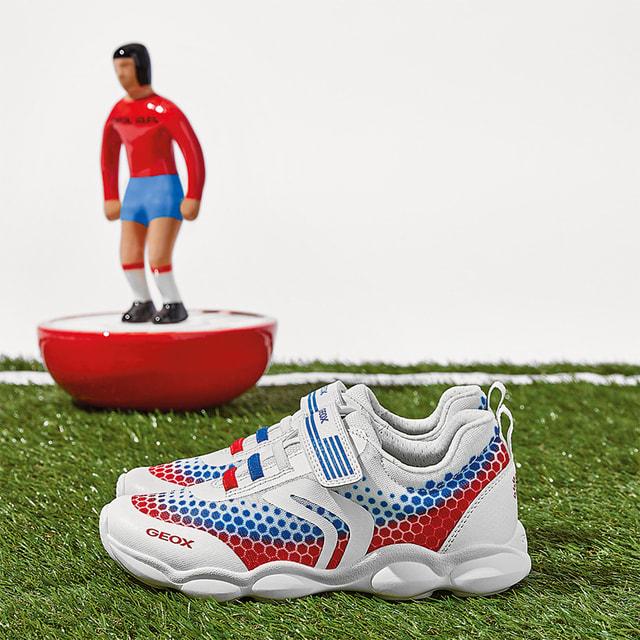 В капсулу от Geox вошли кроссовки и кеды, выполненные в цветах ряда  «футбольных» стран мира: Италии, Франции, Бразилии, Испании, Германии и, конечно,  России