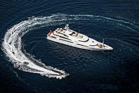 Моторная яхта St. David (60 m, Benetti, 2008) принадлежит чартерному флоту West Nautical. В 2009 г. она была признана «Лучшей чартерной яхтой» в мире по версии Robb Report