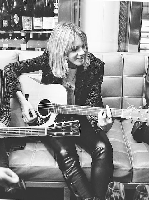 Первую в своей жизни гитару Гайя получила в подарок от отца на 13-летие