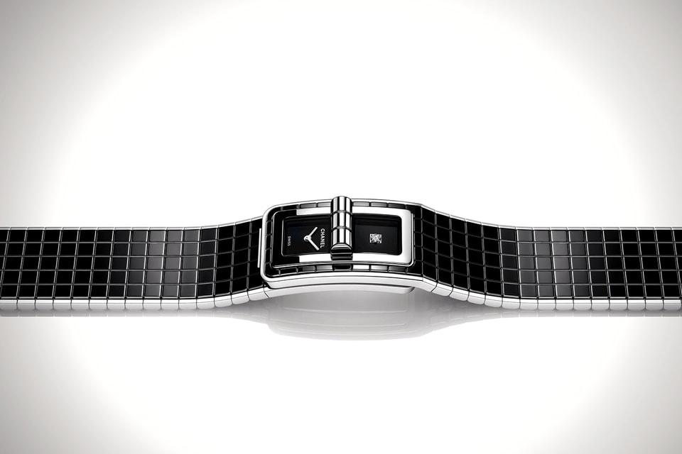 Браслет часов Code Coco представляет собой гибкий блок из черной керамики, поделенный на квадраты орнамента matelasse, как у сумки Chanel 2.55.