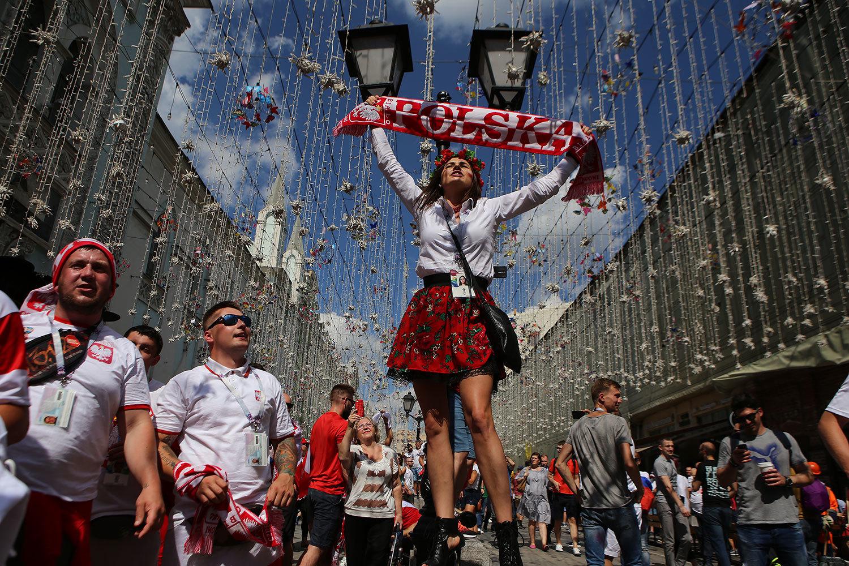 Польские болельщики распевают песни в центре Москвы