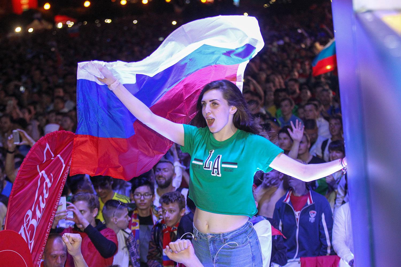 Россия отпраздновала историческую победу. Фоторепортаж с улиц Москвы и Петербурга