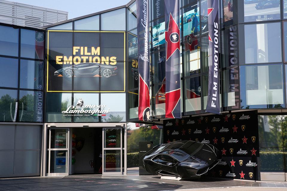 Выставка проходит в здании штаб-квартиры Lamborghini в Сант-Агата-Болоньезе