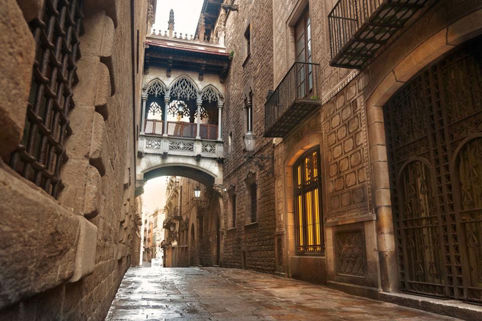 Готический квартал или, как называют его сами испанцы, Barrio Gotico, построен на руинах римской  крепости