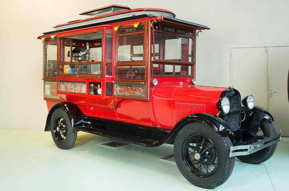 Этот автомобиль-автолавка, оснащенный оборудованием для производства и продажи попкорна, «ушел»  за 46 000 евро