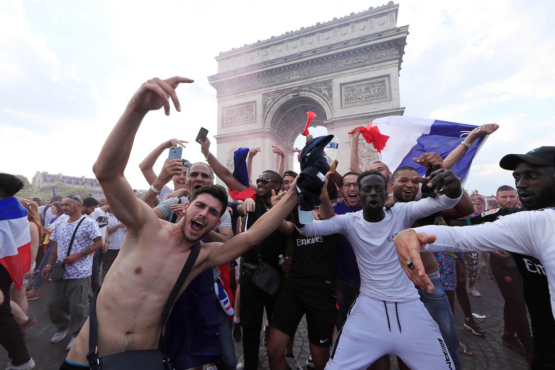 Французы празднуют победу на чемпионате мира по футболу