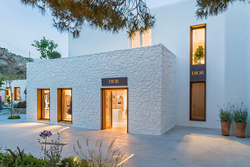 Геометрический обьем и белый цвет стен экстерьера эфемерного бутика Dior напоминают о традиционной архитектуре Кикладских островов