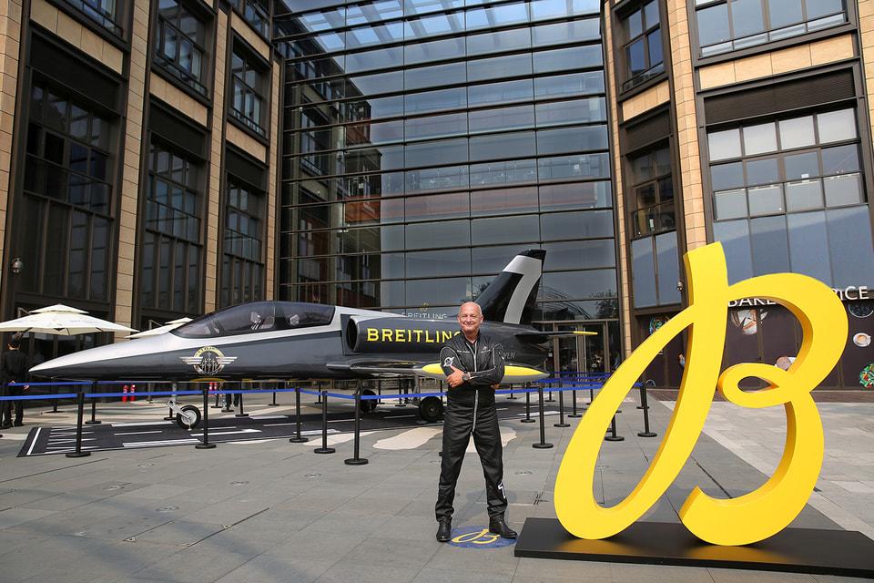 В день торжественного открытия бутика Breitling была представлена полноразмерная модель самолета L 39C Albatros