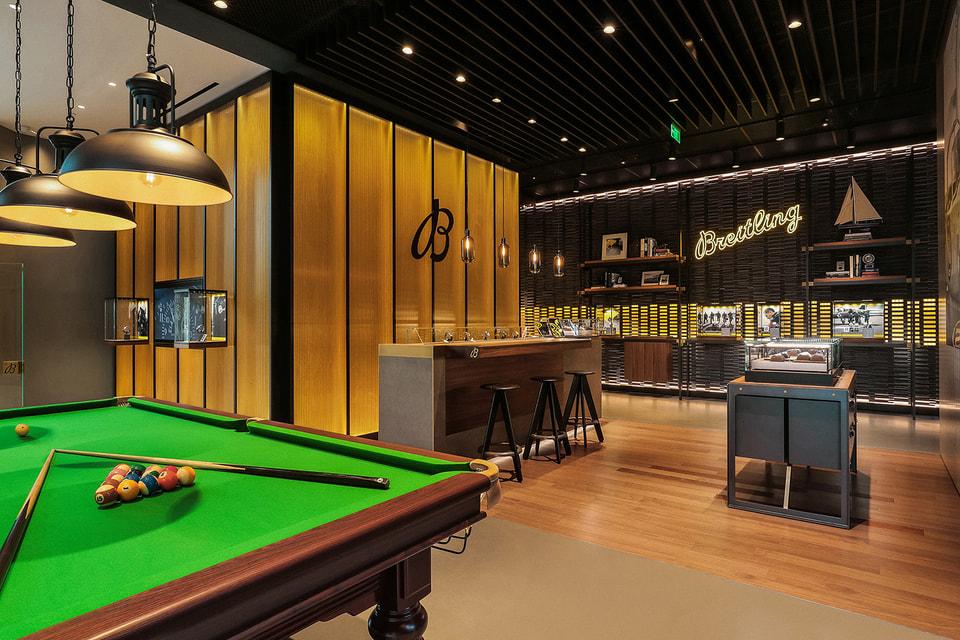 Посетители могут сыграть партию на профессиональном бильярдном столе
