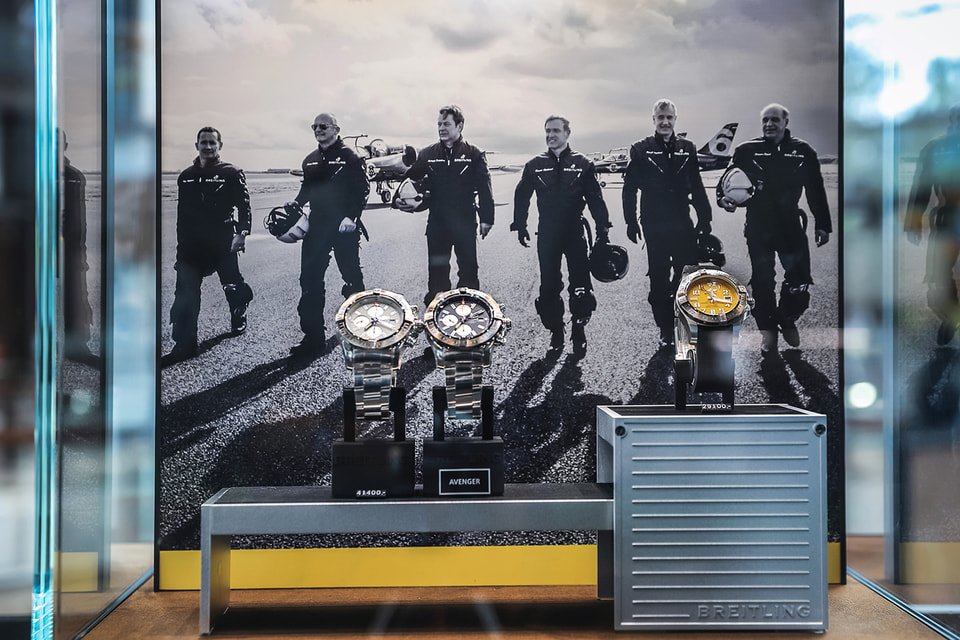Здесь представлено более 200 моделей -  полная коллекция часов Breitling