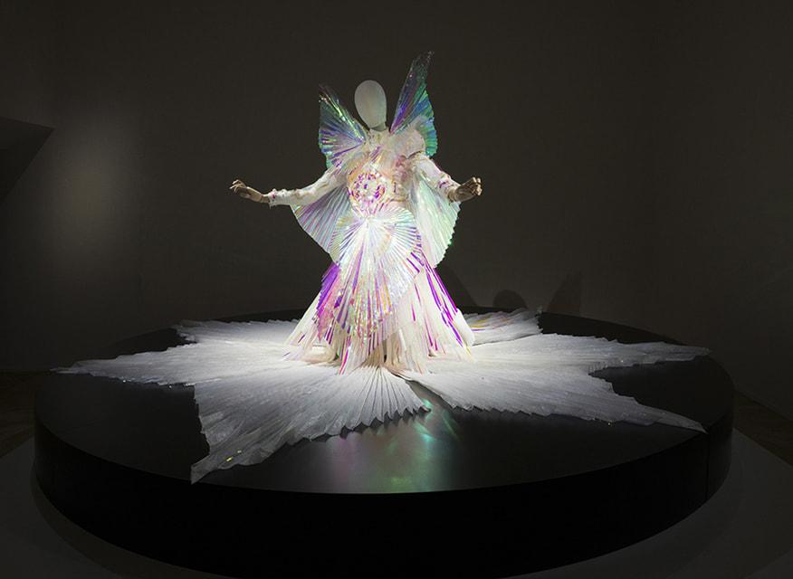 Футуристическое платье Gucci для видеоклипа Бьорк на песню The Gate – смысловой центр выставки