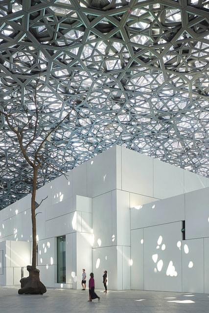 Двойной перфорированный купол накрывает собой несколько десятков зданий комплекса Абу-Даби Лувр