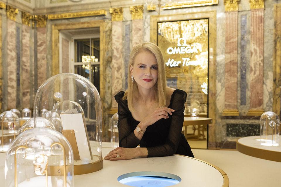 Кидман, «лицо» и посланница Omega, демонстрирует свои часы Omega Aqua Terra Luxury Edition