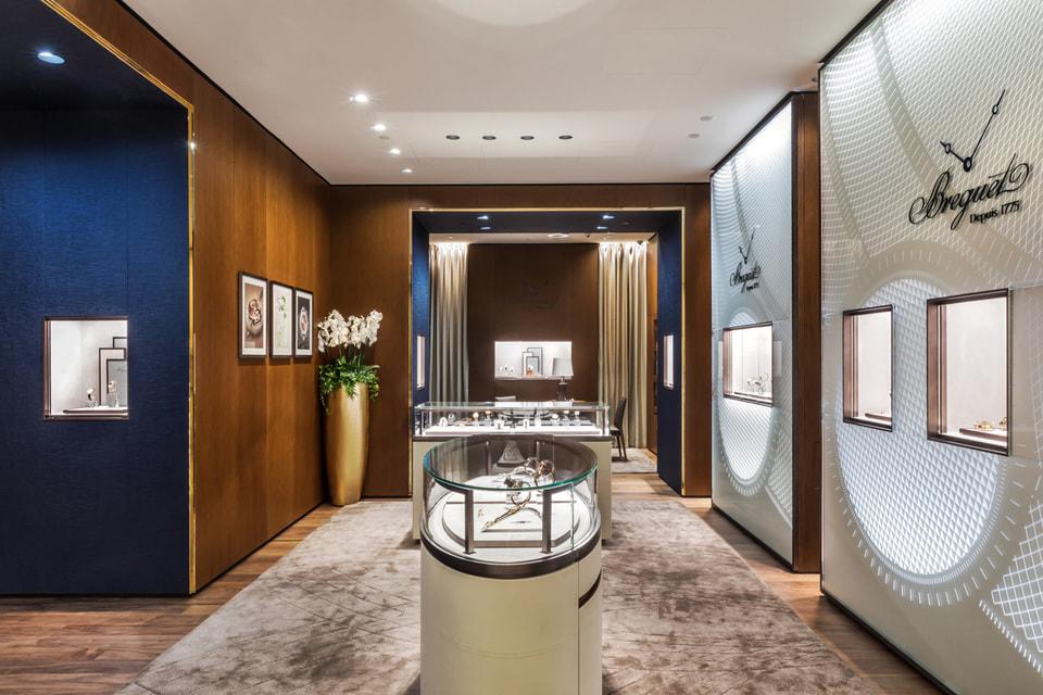 Панели из полупрозрачного матового стекла с  гильошированными узорами гармонично сочетаются в декоре  бутика Breguet с ценными породами  дерева