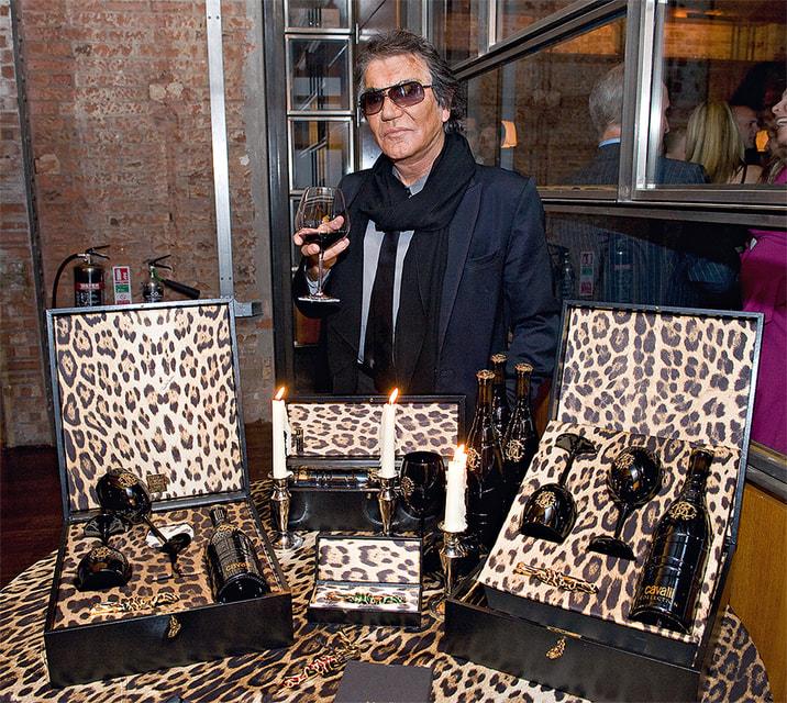 Дизайнер Роберто Кавалли на фоне своей «винной коллекции»