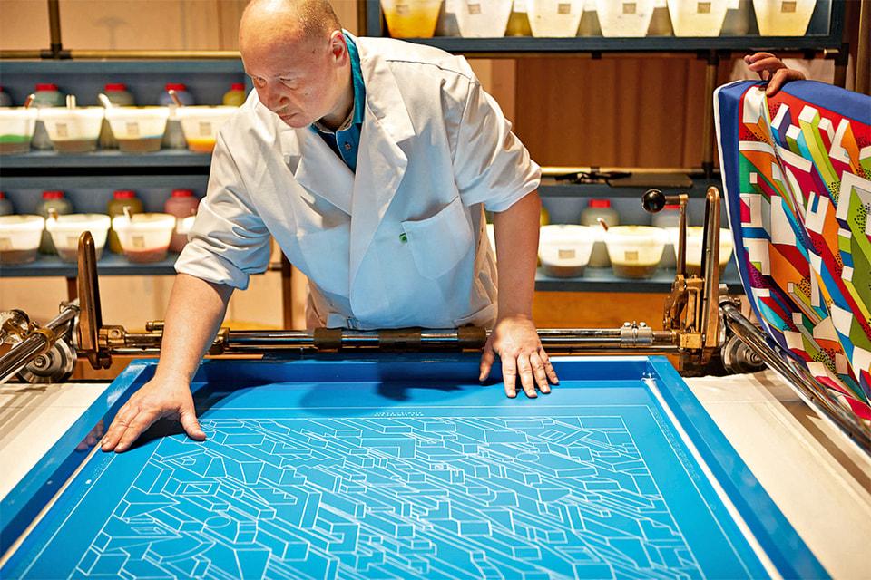 Печать по шелку с помощью метода «плоской рамки» была изобретена в мастерских Hermès в 1930-х годах