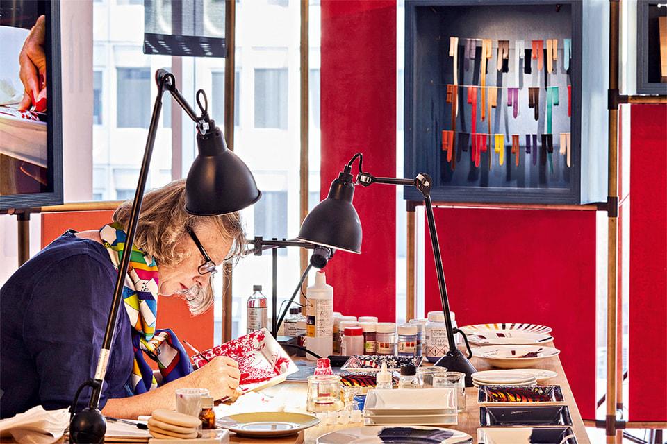 Художники по фарфору вручную расписывают белоснежные изделия мануфактуры в Лиможе, а после обжига покрывают их слоем лака