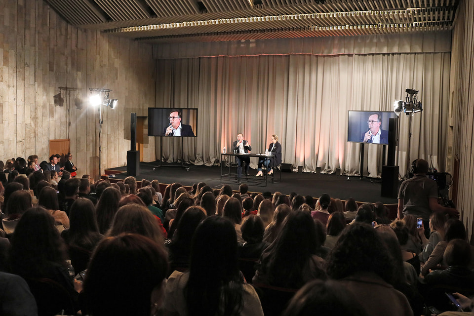 Бруно Павловски читает лекцию студентам в Москве