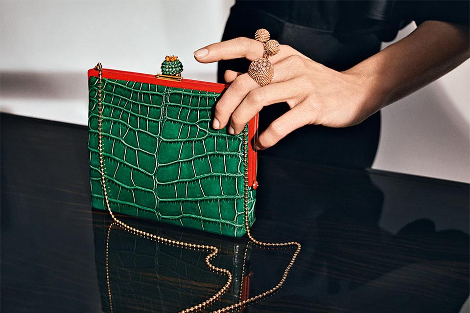К драгоценным «кактусам» в украшениях можно подобрать тематическую вечернюю сумочку