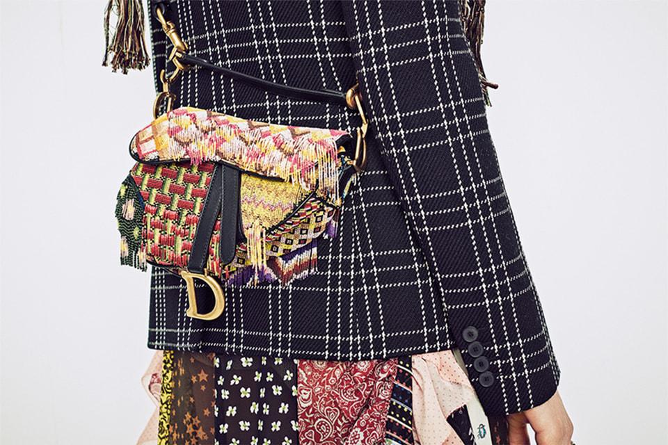 Saddle Bag можно носить словно жакет – длинный, широкий ремень позволяет расположить ее максимально комфортно