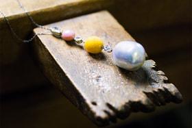 В Mikimoto создают украшения не только из культивированного жемчуга, но и из натуральных редких сортов барочного жемчуга, а также конка и мело