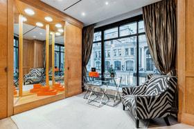 В ожидании примерки гости могут расположиться в уютной гостиной, в оформлении которой использованы предметы Armani Casa