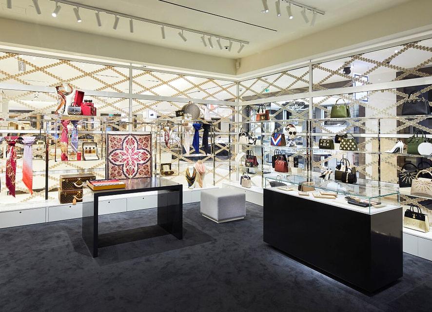 Заходя в пространство Louis Vuitton, словно оказываешься внутри сундука
