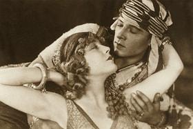 Актеры Рудольфо Валентино и Вильма Банки в киноленте «Сын шейха» 1926 года