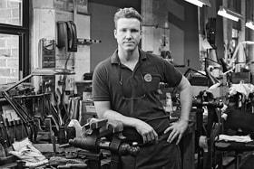 Тоби, мастер по отделке оружия на фабрике Holland & Holland в Лондоне