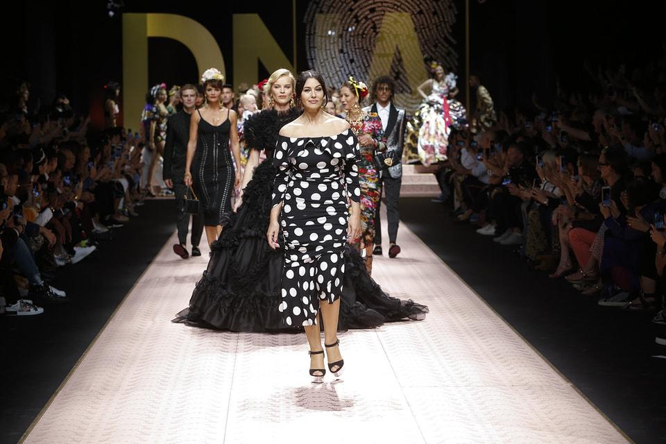 Показ коллекции Dolce & Gabbana весна-лето 2019 открыла актриса Моника Беллуччи, которая начала карьеру у итальянского дизайнерского дуэта еще 30 лет назад