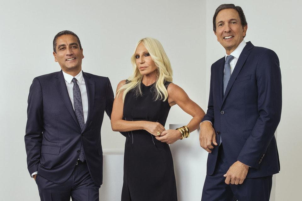 Джонатан Акеройд, генеральный директор Versace,  Донателла Версаче и Джон Айдол, председатель и главный исполнительный директор Michael Kors Holdings Limited сделкой довольны