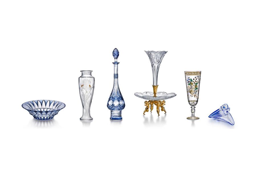 Слева направо: Чаша Arizona (реплика 1930 года), ваза «Ирис» (1909), графин «Санкт-Петербург» (1905), ваза на центр стола Serviteur (1909), ваза «Райские птицы» (1878), чаша «Стрекоза» (1904)