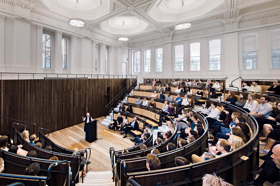Лекторий Benjamin West Lecture Theatre назван так в честь второго президента академии