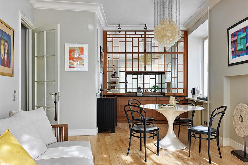 Дверцы кухонных шкафов выполнены из зеркал и деревянных профилей