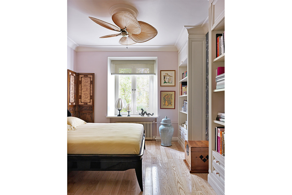 В спальне – массивная, покрытая черным лаком кровать